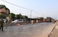Đi xe đạp trong làn đường ôtô, người phụ nữ bị xe tải đâm chết