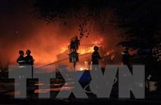 Cháy dữ dội vựa ve chai rộng 2.000m2 ở tỉnh Bình Dương