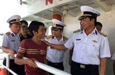 Lực lượng Hải quân kịp thời cứu 6 ngư dân bị nạn trên biển