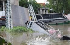 Đồng Tháp: Cầu Tân Nghĩa bị sập, xe tải và xe ba gác rơi xuống sông
