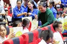 Phó Chủ tịch Thường trực Quốc hội tặng quà cho trẻ em khó khăn Đà Nẵng