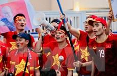 """Rợp màu đỏ cổ động viên """"tiếp lửa"""" cho đội tuyển Việt Nam ở King's Cup"""