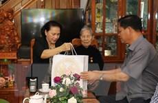 Chủ tịch Quốc hội thăm mẹ Việt Nam anh hùng ở tỉnh Phú Yên