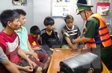 Quảng Bình: Cứu 6 ngư dân và 2 cháu bé trên tàu cá bị chìm trên biển