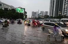 Mưa lớn khiến nhiều đường phố Hà Nội ùn tắc kéo dài