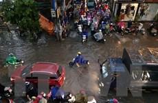 Mưa rào với cường độ lớn gây ngập một số tuyến phố Thủ đô