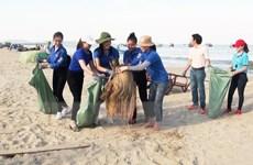 Hoa hậu Việt Nam 2018 Trần Tiểu Vy tham gia làm sạch biển ở Quảng Bình