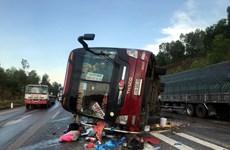 Nghệ An: Xe khách lật nghiêng khiến 4 người bị thương