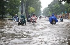 Mưa lớn kéo dài, nhiều tuyến đường Hà Nội ngập trong biển nước
