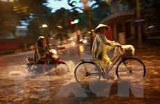 Hình ảnh nhiều tuyến phố ở Hà Nội thành sông sau cơn mưa lớn