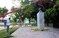 Sứ quán Việt Nam tại Cuba tổ chức lễ dâng hoa tại tượng đài Bác Hồ