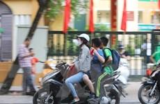 Nhiều phụ huynh vẫn chưa có ý thức cho trẻ trên 6 tuổi đội mũ bảo hiểm