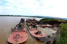 Bắt quả tang bốn tàu khai thác cát trái phép trên sông Krông Nô