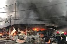 Thanh Hóa: Cháy chợ tạm, 400 gian hàng của tiểu thương bị thiêu rụi