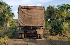 Bắt quả tang xe container đổ trộm hàng chục tấn chất thải rắn nguy hại