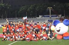 Hình ảnh các tuyển thủ nữ Việt Nam vui sướng nhận tấm huy chương Vàng