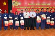Chủ tịch MTTQ Việt Nam trao quà Tết cho công nhân, người nghèo