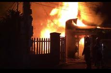 Xưởng mộc bốc cháy dữ dội trong đêm, hàng chục người tham gia dập lửa