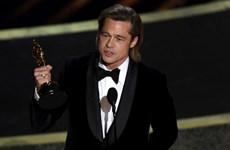 Brad Pitt nói đùa đụng chạm chính trị khi nhận tượng vàng Oscar