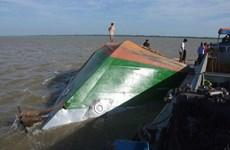 Sóc Trăng: Sà lan lật úp, cả gia đình 5 người rơi chìm xuống sông