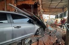 Tài xế ngủ gật, xe ôtô đâm vào nhà dân khiến 1 người bị thương nặng