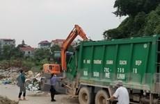 Xử lý dứt điểm khu vực tập kết rác ở đê tả sông Hồng qua thôn Hạ Lôi