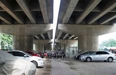 Thiếu bãi đỗ, Hà Nội tạm trông giữ xe dưới gầm cầu