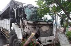 Xe tải đâm sập cổng nhà dân, nhiều người may mắn thoát chết