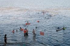 Nghệ An nắng nóng 40 độ C, người dân đua nhau ra sông Lam giải nhiệt