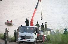 Trục vớt an toàn quả bom nằm dưới sông Hồng, ngay sát cầu Long Biên