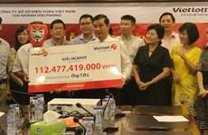 Người trúng giải Jackpot kỷ lục xuất hiện, nhận thưởng hơn 100 tỷ đồng