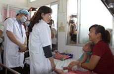 [Photo] Bộ trưởng Y tế kiểm tra việc điều trị sởi ở TP.HCM