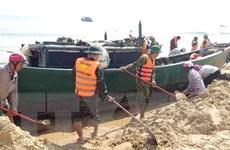 Biên phòng Quảng Bình giải cứu thành công tàu cá mắc cạn trên bờ
