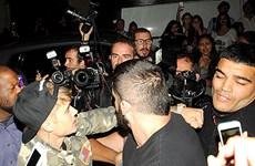 Justin Bieber đấm một tay săn ảnh sau bữa tối với người đẹp ở Paris
