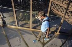 Sàn kính hiện đại mới của tháp Eiffel thu hút nhiều du khách