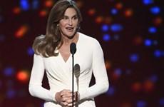 Cha dượng chuyển giới của Kim Kardashian được trao giải dũng cảm