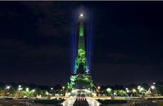 """Pháp trình diễn """"gieo hạt ánh sáng"""" nghệ thuật trên tháp Eiffel"""
