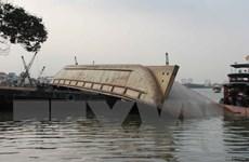 Sà lan đâm thủng tàu chở xăng, 4.000l xăng rò rỉ ra sông Tiền