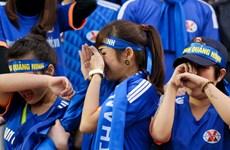 """""""Fan"""" nữ Quảng Ninh nức nở vì đội nhà bại trận"""