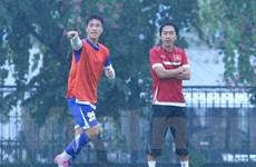 [Photo] Ông Miura tắm mưa chỉ đạo buổi tập của tuyển Việt Nam