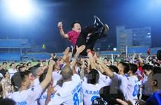 Cầu thủ Hà Nội T&T công kênh bầu Hiển trong ngày vô địch