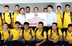 U16 Việt Nam trở về, nhận thưởng 400 triệu đồng ngay tại Nội Bài