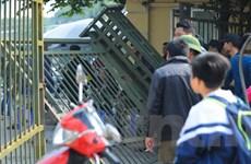 Cổ động viên xô đổ cổng để tìm cách mua vé trận Việt Nam-Indonesia