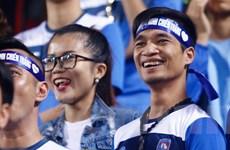 """[Photo] """"Thảm họa ca hát"""" Lệ Rơi ra sân cổ vũ Than Quảng Ninh"""
