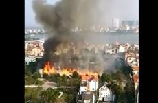 [Video] Cháy lớn tại khu vực gần đô thị Ciputra ven hồ Tây