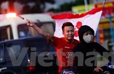 """40 xe CĐV Hải Phòng đốt pháo sáng, rải """"tiền âm phủ"""" khắp Hà Nội"""