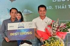 Golf thủ giải Artex quyên góp 100 triệu đồng cho đồng bào sau bão