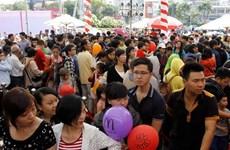 Hàng ngàn người xếp hàng thưởng thức đồ ăn McDonald