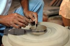 Người nghệ nhân nặng lòng với gốm Hương Canh