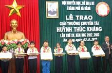 Giải khuyến tài Huỳnh Thúc Kháng vinh danh 33 học sinh tiêu biểu